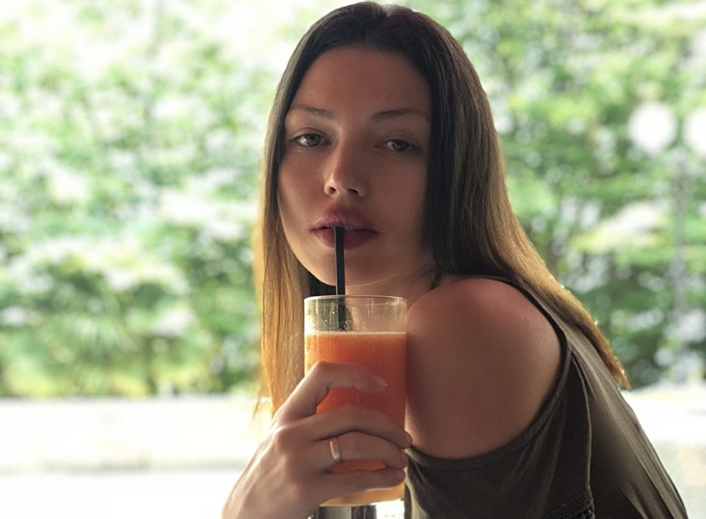 ジュースを飲む美女