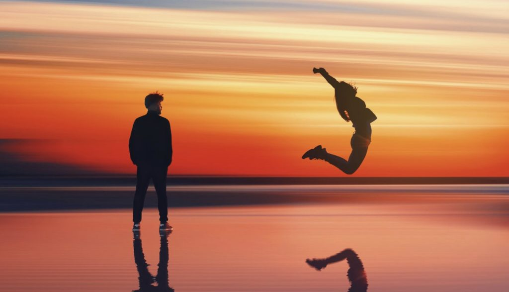 男性と飛び跳ねる女性