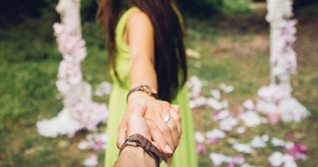 手をつなぐ男女と恋愛心理学