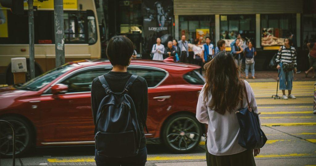 横断歩道を待つ女性