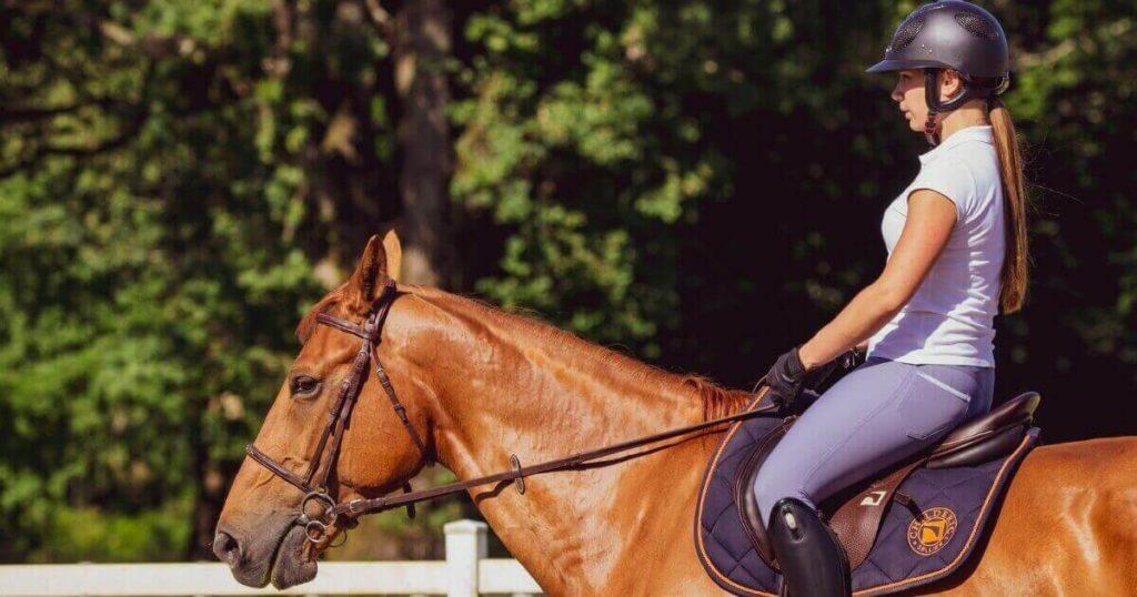 乗馬が趣味の女性